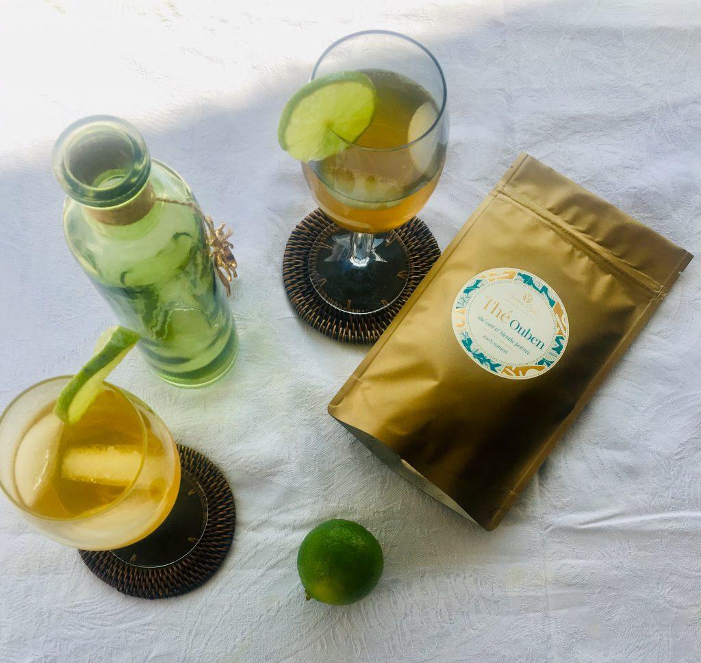 Comment faire un excellent thé glacé en quelques secondes ? C'est l'image d'un cocktail de thé glacé vert, servi avec une belle rondelle de citron et de fines tranches de concombre. Cette délicieuse recette de thé glacé fait maison, est à base du thé vert Ouben à la menthe poivrée d'Egypte.